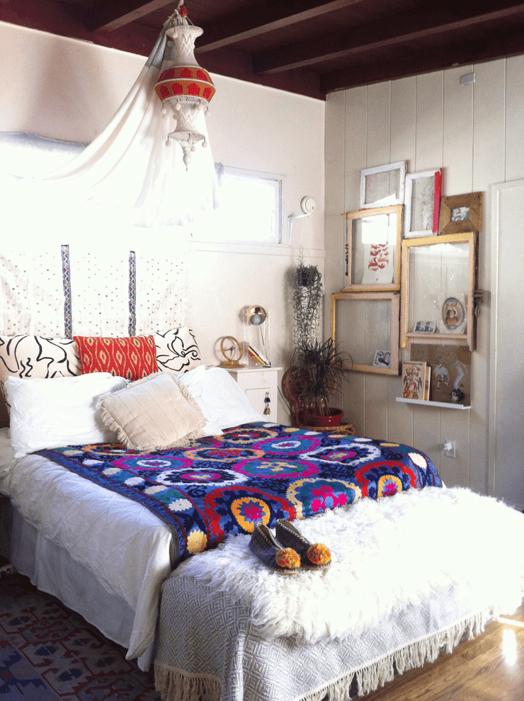 Vintage photo frame wall design ideas for bohemian bedroom decor