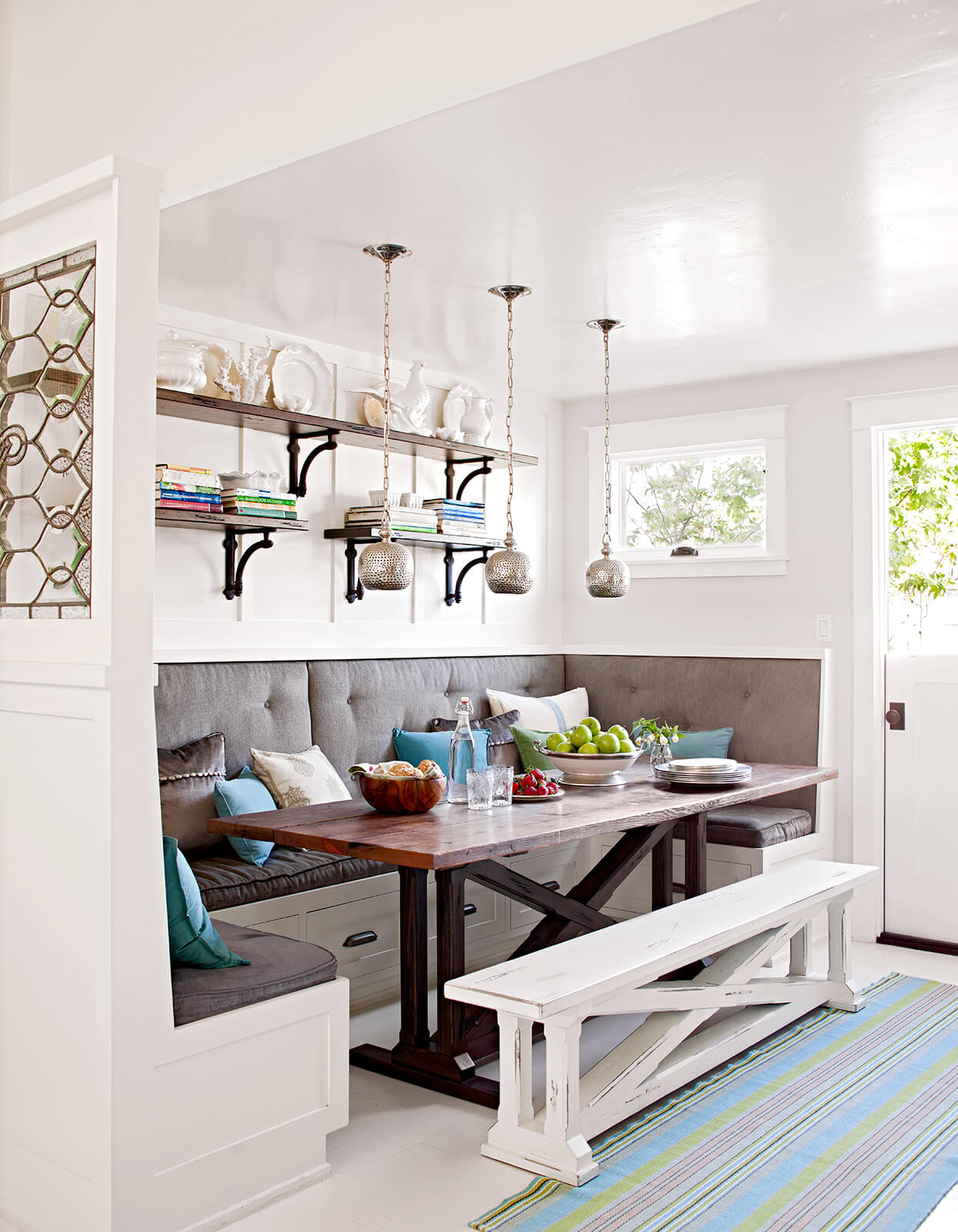 MIDDLE LEG DINING TABLE DESIGN IDEAS FOR SMALL SPACE