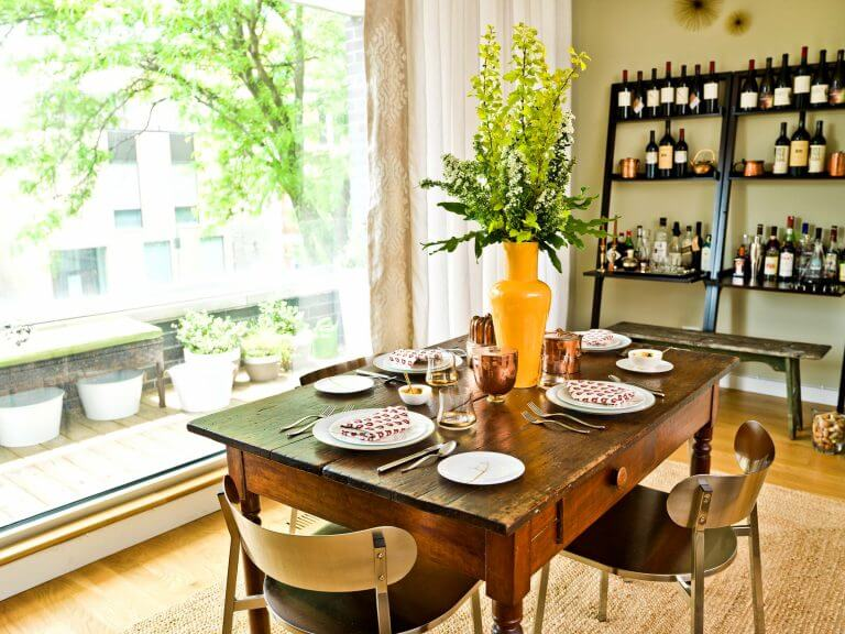 SMALL DINING ROOM DECOR WITH TALL FLOWER CENTERPIECE